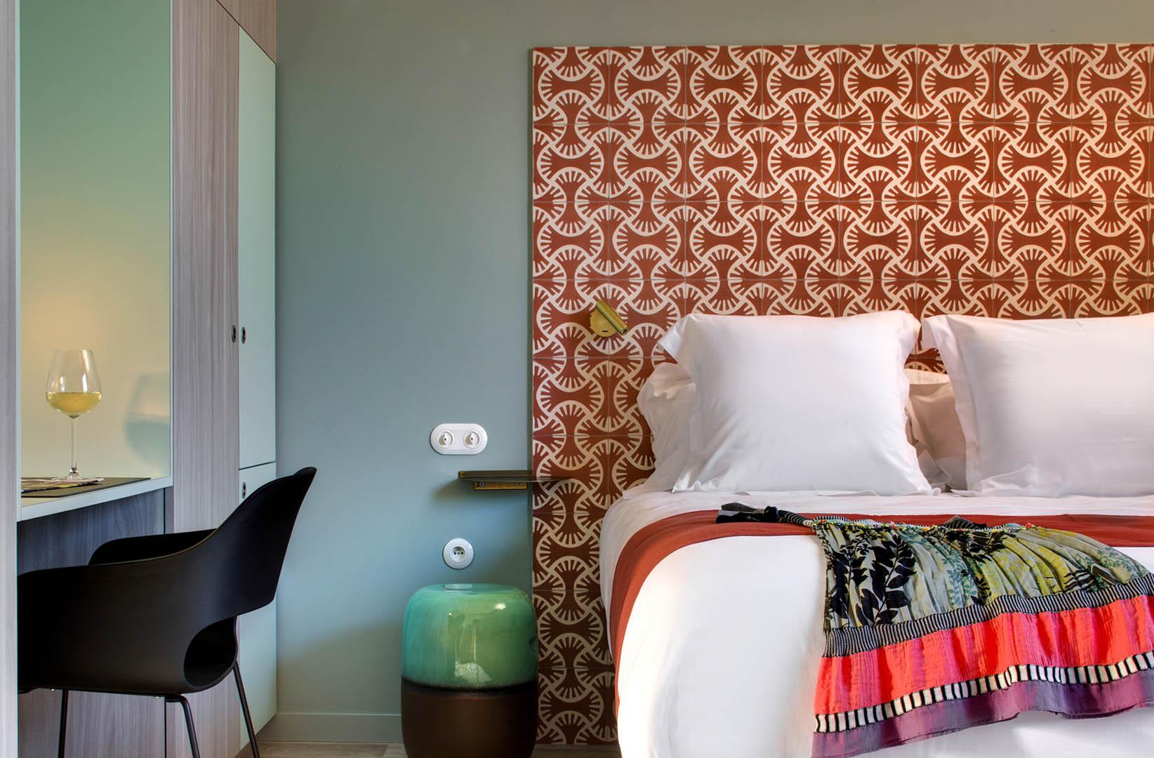Tête de lit colorée, maison d'hôtes Provence, Le Pré Gourmand