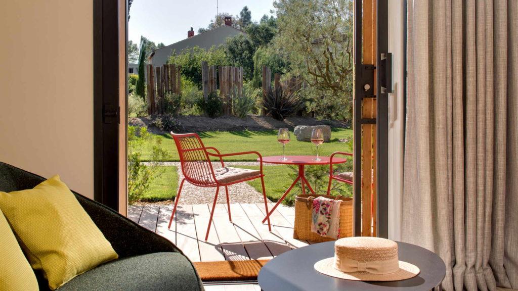 table de terrasse avec verres de vin, maison de charme provence, Le Pré Gourmand