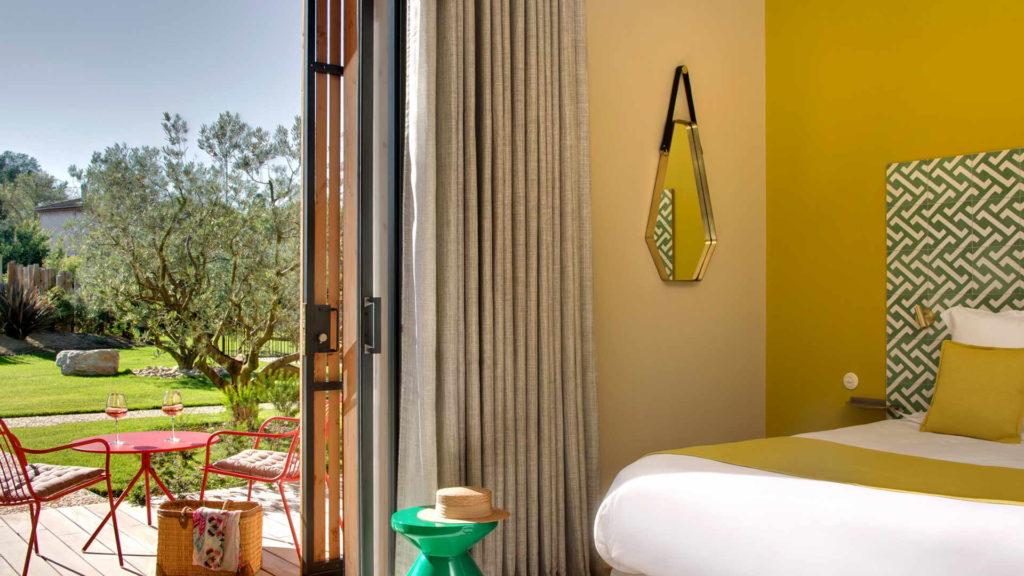 chambres avec decoration jaune et vue sur la terrasse, chambre d hotes bouches du rhone, Le Pré Gourmand