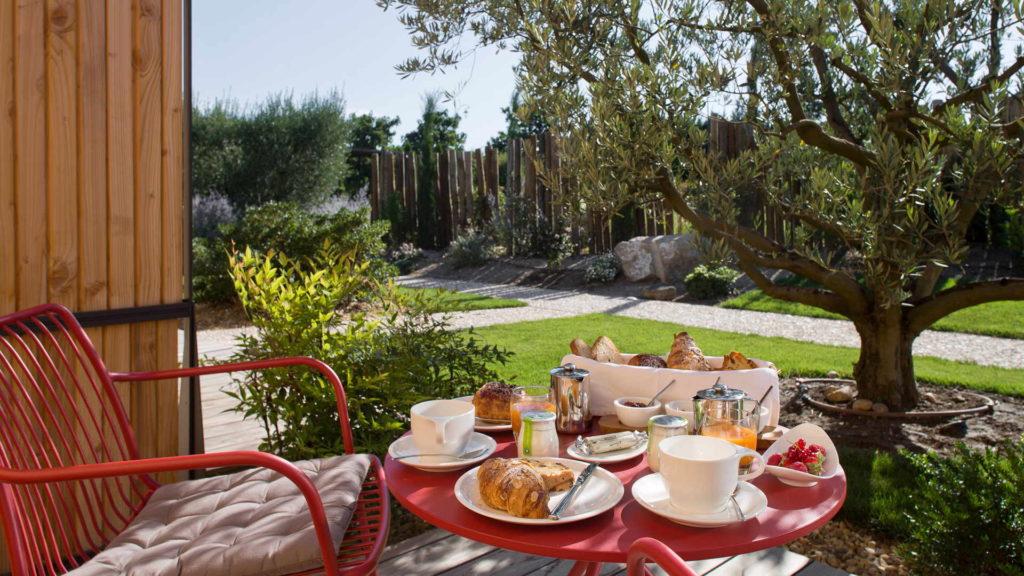 petit dejuener en terrasse avec olivier, chambre d hotes provence, Le Pré Gourmand