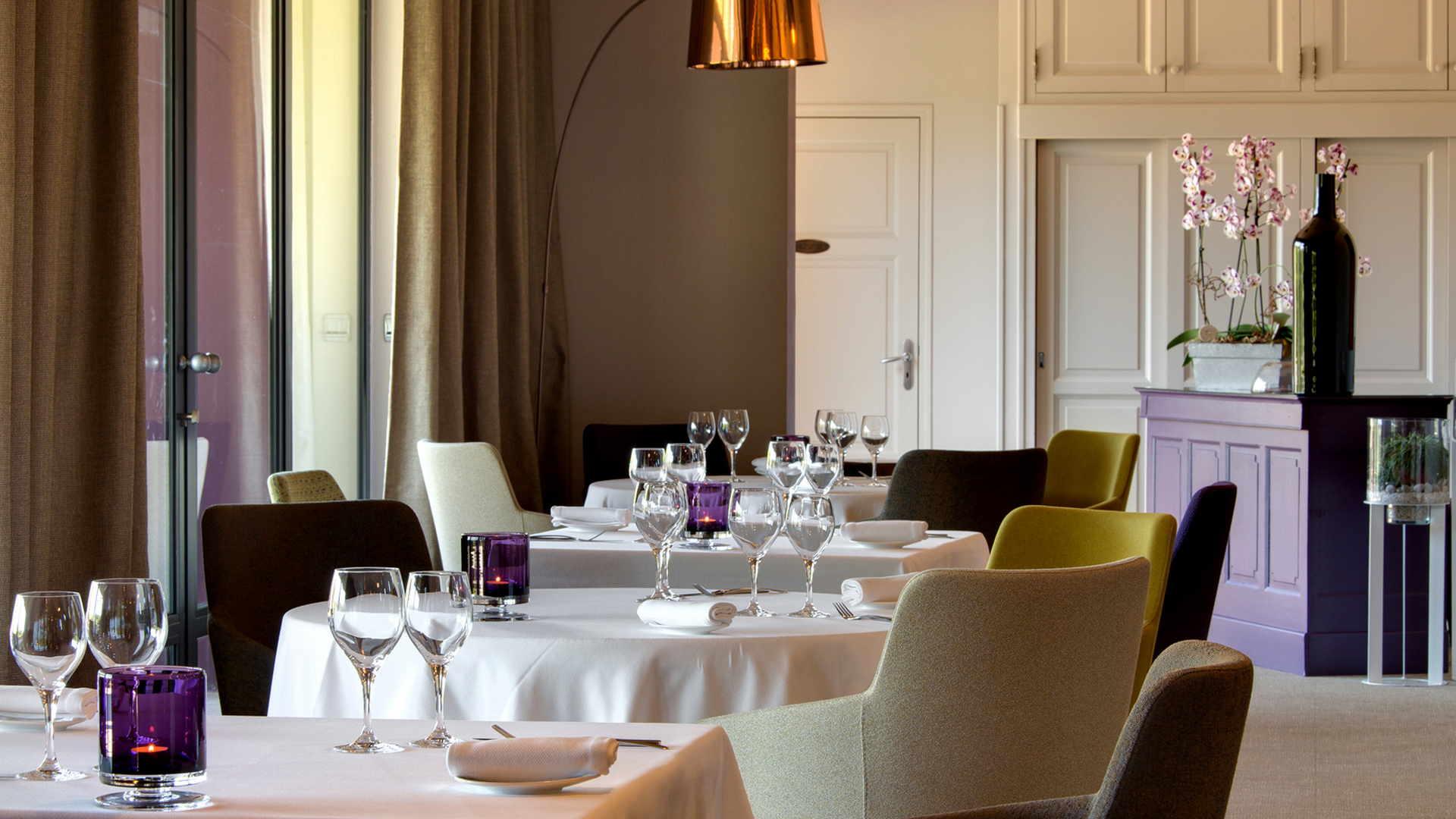 salle de restaurant violette, restaurant gastronomique, Le Pré Gourmand