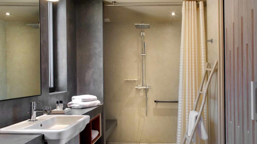 salle de bain avec douche a l italienne, chambre d hotes bouches du rhone, Le Pré Gourmand