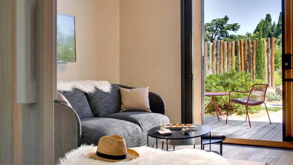 salon avec canape et vue sur la terrasse, chambre d hotes alpilles, Le Pré Gourmand