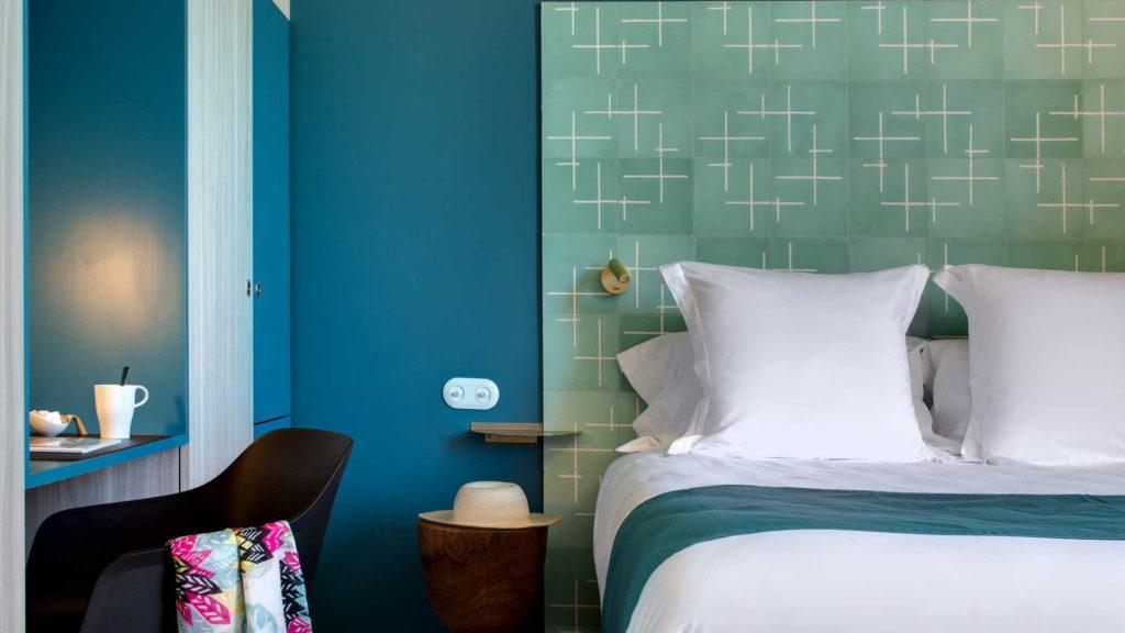 chambre avec decoration bleue, gite de charme provence, le pre gourmand