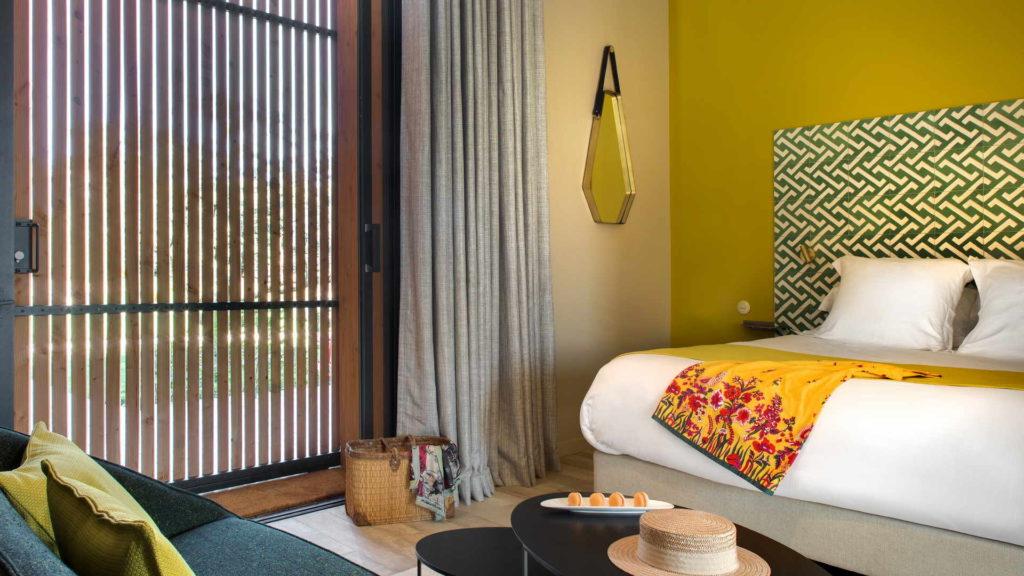 chambre avec decoration jaune, chambre d hotes bouches du rhone, le pre gourmand