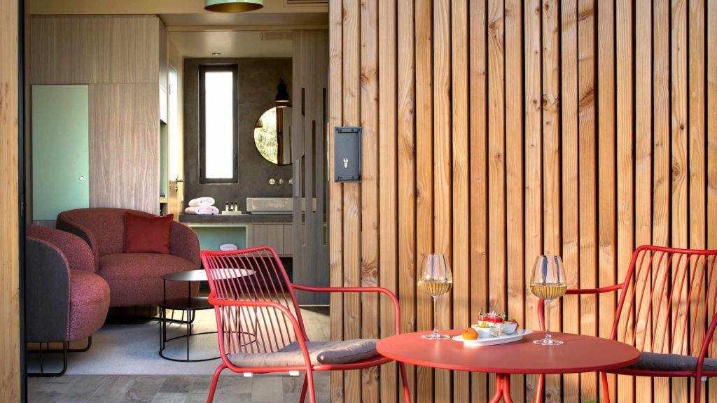 terrasse de chambre avec verres de vin blanc, chambre d hotes bouches du rhone, le pre gourmand