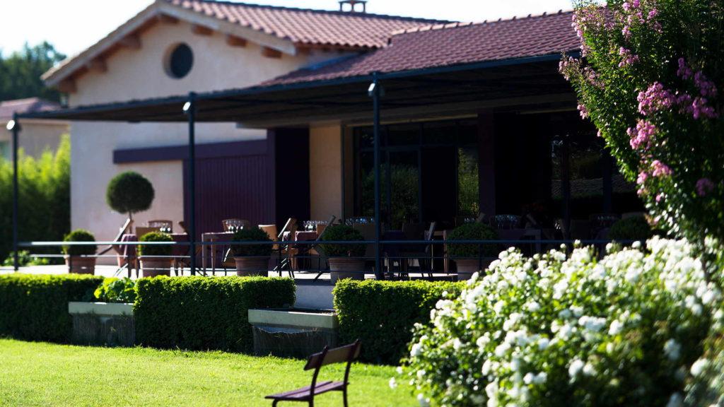 terrasse du restaurant vu de loin avec jardin, maison de charme avignon, Le Pré Gourmand