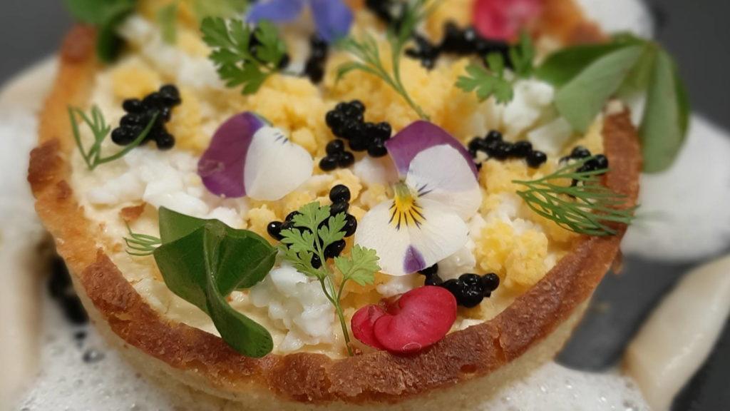 Dessert gastronomique avec fleurs comestibles, restaurant gastronomique provence, Le pré Gourmand
