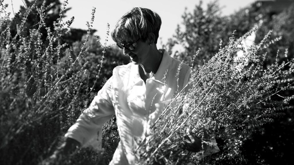 Femme entre des feuillages en noir et blanc, restaurant eyragues, Le Pré Gourmand