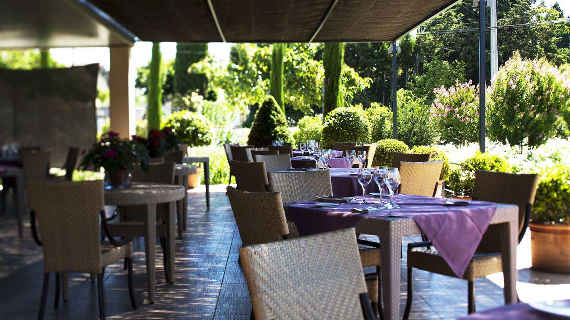 terrasse de restaurant- avec verdure, restaurant gastronomique provence, Le Pré Gourmand